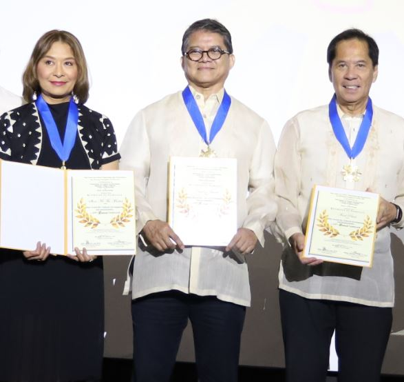 ABS CBN Lifestyle Ecosystem Head Ces Drilon and chefs Claude Tayag and Sandy Daza receive the awards for Show Me the Market, Chasing Flavors, and Food Prints
