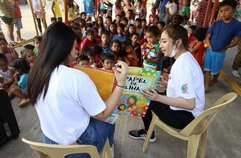 Nanguna sina Abi Kassem at Missy Quino ng Star Hunt sa storytelling activity para sa mga bata sa evacuation centers