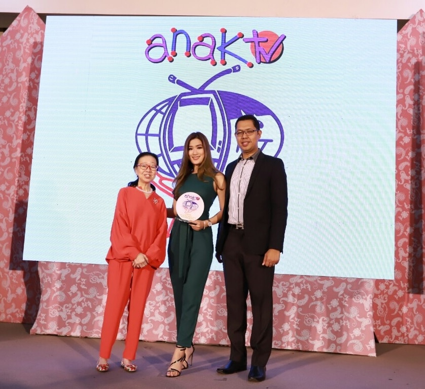 2_ Upfront host Janeena Chan accepts the Anak TV Seal award for the ABS CBN Sports and Action program