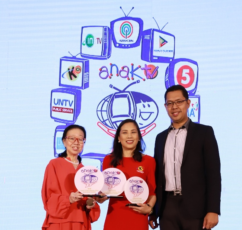 8_Rina Lopez Bautista, Knowledge Channel Foundation president accepts the Anak TV seal for three Knowledge Channel shows