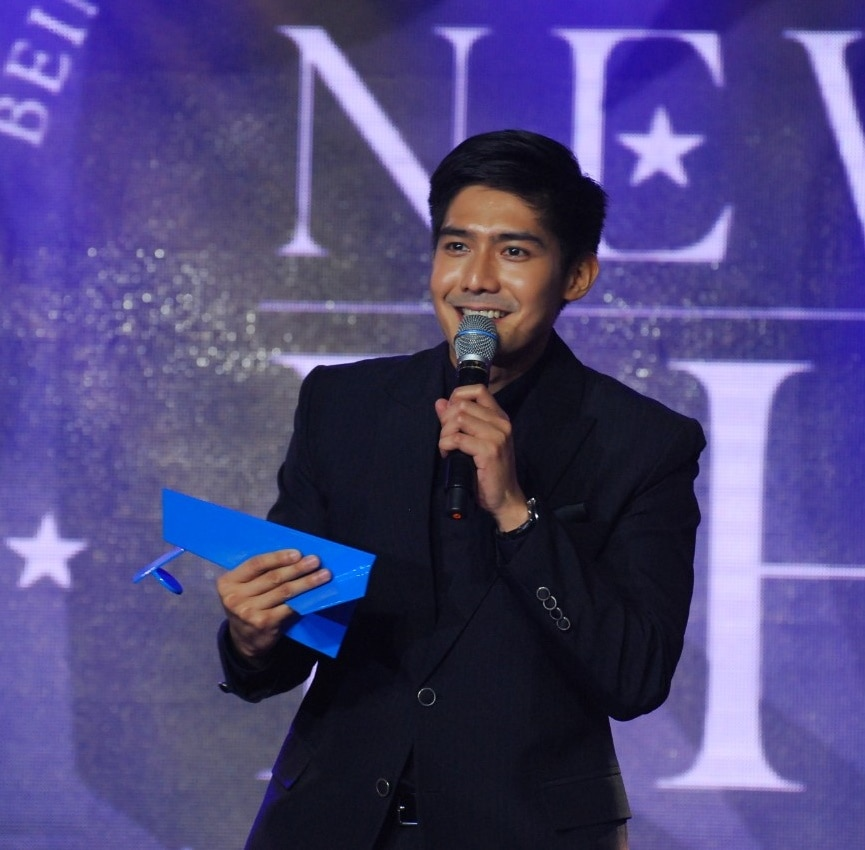Kapamilya host Robi Domingo receives the MEGA NewPH award for Star Magic
