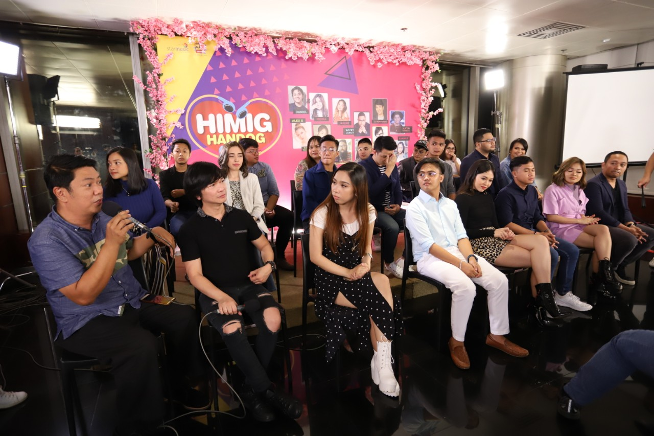 ABS CBN Music Head Roxy Liquigan and ABS CBN Music Audio Content Head Jonathan Manalo with the finalists (1)
