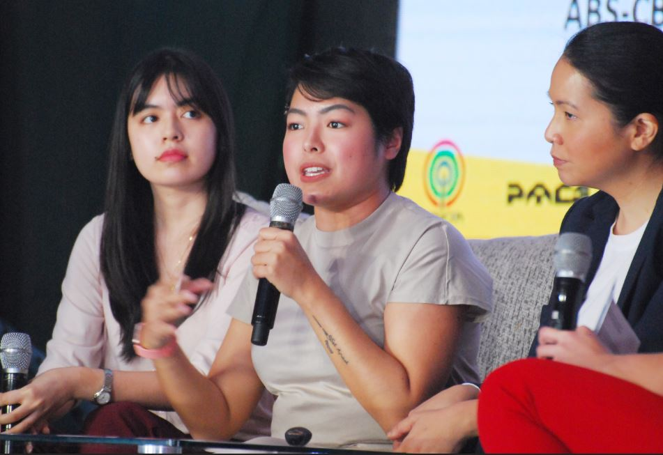 Youngstar ph's Gaby Gloria and Preen ph's Jacque de Borja join a forum on multiplatform journalism at the PMC Year 13