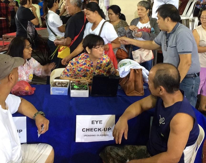 Namigay din ng libreng checkup sa mata at salamin para sa mga residenteng nagtungo sa med mission ng Salamat Dok
